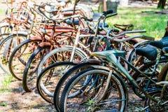 Rusty Bikes in einem Autofriedhof Stockfotografie