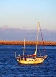 Rusty Boat au coucher du soleil Image stock