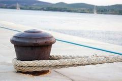 Rusty Boat Mooring em uma parede do porto com a corda unida Imagem de Stock Royalty Free