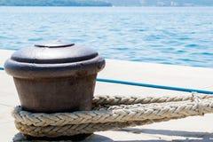 Rusty Boat Mooring em uma parede do porto com a corda unida Fotos de Stock Royalty Free
