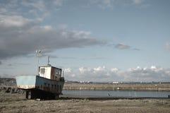 Rusty Boat och hamn Royaltyfri Fotografi