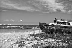 Rusty Boat sulla riva di Mar Nero Fotografia Stock Libera da Diritti