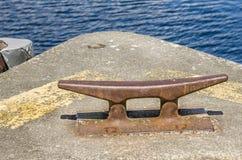 Rusty Bollard auf einem Pier Lizenzfreies Stockfoto