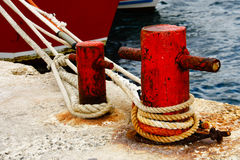 Rusty bollard with mooring rope Royalty Free Stock Images