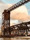 Rusty Bridge au-dessus des appartements au coucher du soleil en Cleveland CLEVELAND photo libre de droits