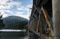 Rusty Bridge Over en flod Fotografering för Bildbyråer