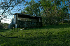Rusty Bus In Forest idoso Fotografia de Stock