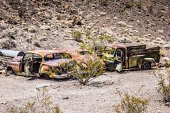 Rusty Car en el desierto Imagenes de archivo