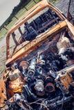 Rusty Car fuori bruciato Relitto abbandonato Immagini Stock Libere da Diritti