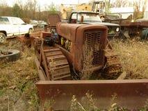 Rusty Car i gård för restmetall Arkivfoto