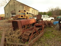 Rusty Car i gård för restmetall Royaltyfria Bilder
