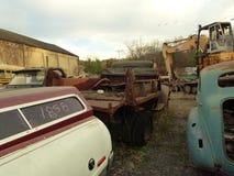 Rusty Car i gård för restmetall Fotografering för Bildbyråer