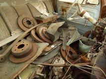 Rusty Car i gård för restmetall Arkivfoton