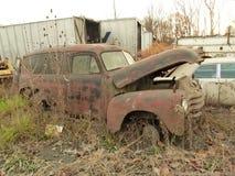 Rusty Car i gård för restmetall Arkivbild