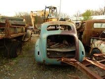 Rusty Car im Altmetall-Yard Lizenzfreie Stockfotografie