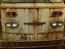 Rusty Car im Altmetall-Yard Lizenzfreies Stockbild
