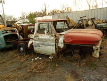 Rusty Car nell'iarda della ferraglia Immagini Stock