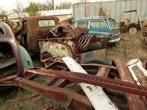 Rusty Car nell'iarda della ferraglia Immagine Stock Libera da Diritti