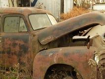 Rusty Car nell'iarda della ferraglia Fotografia Stock