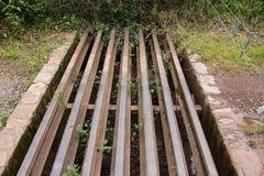 Rusty Cattle-net in een bosweg Royalty-vrije Stock Afbeelding