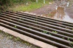 Rusty Cattle-net in een bosweg Royalty-vrije Stock Foto's