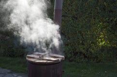 Rusty Cauldron pieno di vapore Immagini Stock Libere da Diritti