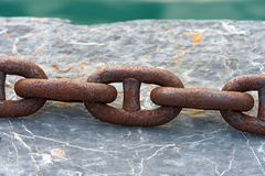 Rusty Chain en un embarcadero Foto de archivo libre de regalías