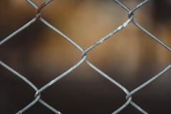 Rusty Chain Link Fence van staal het opleveren op onduidelijk beeldachtergrond Stock Afbeelding