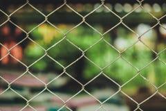 Rusty Chain Link Fence van staal het opleveren op onduidelijk beeldachtergrond Stock Fotografie