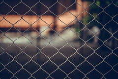 Rusty Chain Link Fence van staal het opleveren op onduidelijk beeldachtergrond Royalty-vrije Stock Foto's