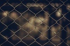 Rusty Chain Link Fence van staal het opleveren op onduidelijk beeldachtergrond Royalty-vrije Stock Afbeeldingen