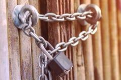 Rusty Chain met een slot op ijzerpoort royalty-vrije stock afbeeldingen