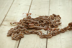 Rusty Chain na plataforma de madeira Fotografia de Stock Royalty Free