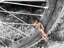 Rusty Chain Tied med hjulet Arkivbild