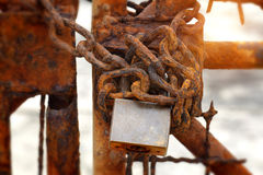 The rusty chains and old lock door Royalty Free Stock Photography