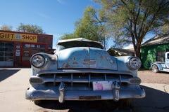 Rusty Chevrolet bil i Seligman, Arizona Arkivbild