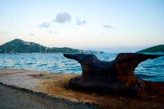 Rusty Cleat en el mar Imágenes de archivo libres de regalías