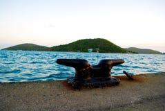 Rusty Cleat en el mar Imagenes de archivo