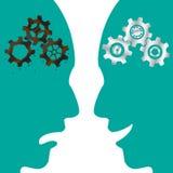 Rusty Cogwheel Brain GEGEN neues Zahnrad-Gehirn Stockfoto