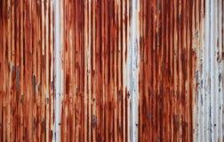 Rusty Corrugated Metal Fence - alto vicino - zinco  Fotografie Stock Libere da Diritti