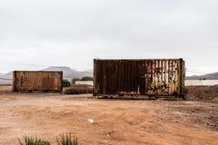 Rusty Crates i fattig afrikansk stad Arkivbilder