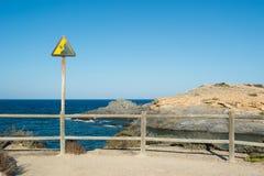 Rusty Danger Cliff Sign en Cabo de Palos Imágenes de archivo libres de regalías