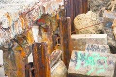 Rusty Debris e macerie del ponte crollato Fotografie Stock Libere da Diritti