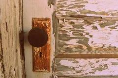 Rusty Door Knob con Chippy Paint bianco Fotografia Stock