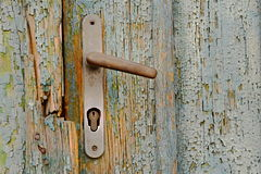 Rusty Door Knob (Griff) auf abgezogenem hölzernem Tor, Tschechische Republik, Europa stockfotos