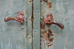 Rusty Door Knob (Griff) in einer Form eines Hahns auf altem abgezogenem Tinny Tor, Tschechische Republik, Europa stockfotografie