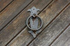 Rusty Door Knocker idoso na porta de madeira contínua, Praga, República Checa, Europa Imagens de Stock