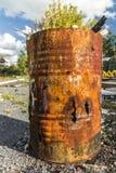 Rusty Drum mit gebranntem Holz stockbild