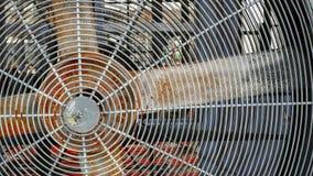 Rusty Electric Fan med skyddsgallret Arkivbilder