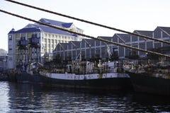 Rusty Fishing Boats Moored On een Pijler stock foto's